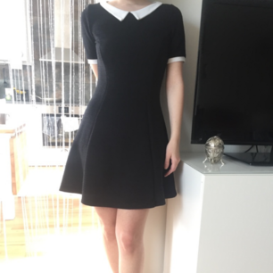 Tidlös retro klänning, lite tjockare tyg och perfekt nu i höst🍁Oroligt vacker, och i fint skick! Märkt M men skulle säga S! Fast Pris. FRI FRAKT!