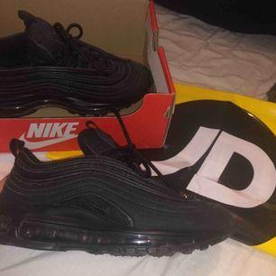 Nike Air Max 97 i färgen BLACK/BLACK-BLACK. använda 1 gång ute & säljer nu vidare då dom var för små för mig. Köpta för 1400kr från JD sports i Mall of scandinavia! Borttappat kvitto kan därför inte lämna tillbaka eller byta storlek. 850kr plus frakt