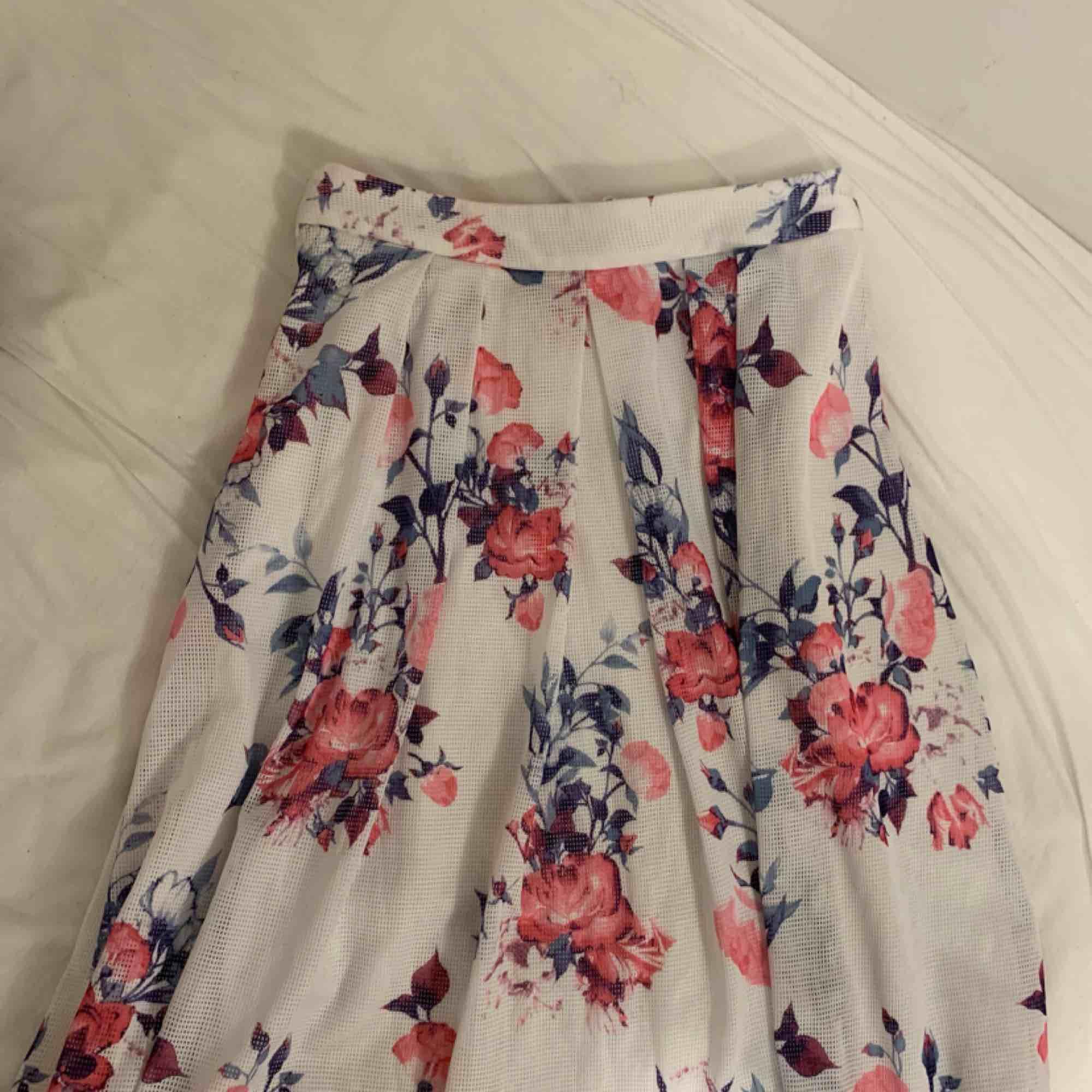 Knappt använd supergullig kjol som går ner till mitten på vaderna ungefär (jag är 174 cm) . Kjolar.