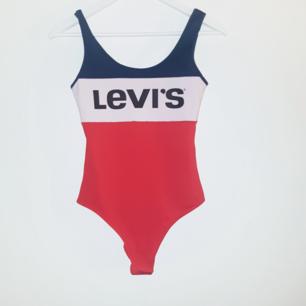 Levis body som är lätt missfärgad från tvätt (tvättade den tillsammans med röda plagg, så den är lite ljusrosa) därav priset. Frakt 18 kr ❣