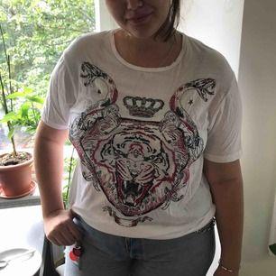 Broderad t-shirt med djurmotiv. Perfekt när du vill se gullig ut på sleepover med hubby.