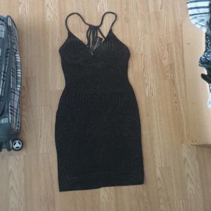 Endast provad, fin klänning från Fashion Nova