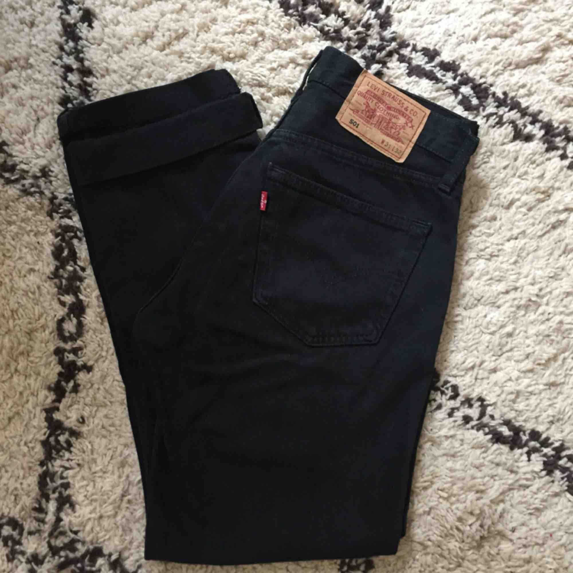 Svarta levis vintage jeans. Stl 31, motsvarar ca en 28/29a. Fint skick, inga slitningar. Avklippta. . Jeans & Byxor.