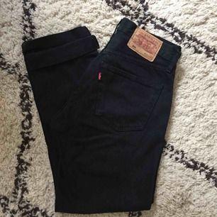 Svarta levis vintage jeans. Stl 31, motsvarar ca en 28/29a. Fint skick, inga slitningar. Avklippta.