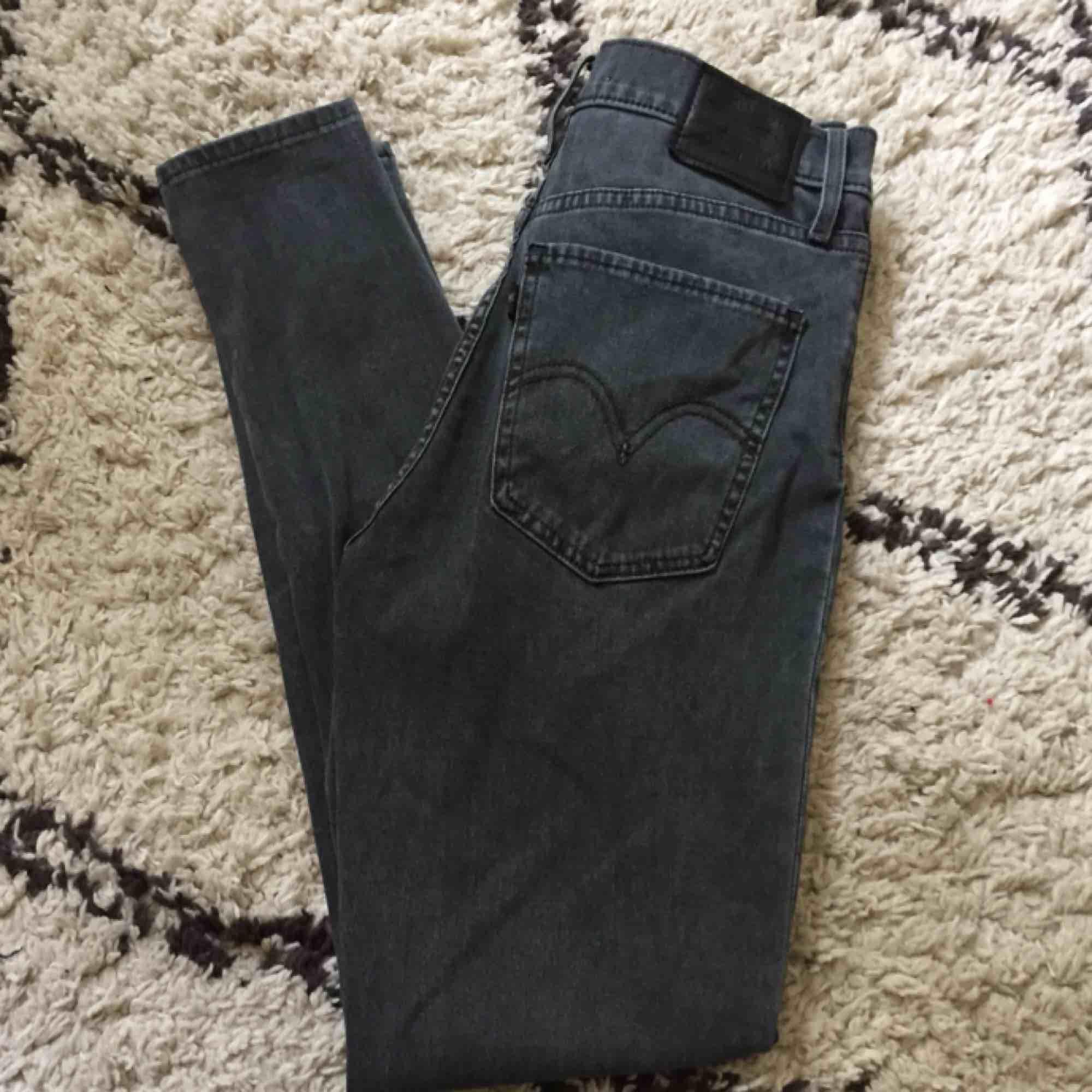 Levis mile High skinny. Grå. Stl 27/28. Använda 2 gånger så i nyskick! . Jeans & Byxor.