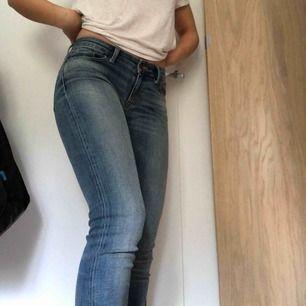 Säljer dessa blå långa jeans från denim & supply Ralph lauren pga för små för mig. Så fina jeans i superbra kvalité och skick, endast använda 2 gånger. Möts helst upp i Stockholm  annars betalar köparen frakt. Pris kan diskuteras vid snabb affär :)