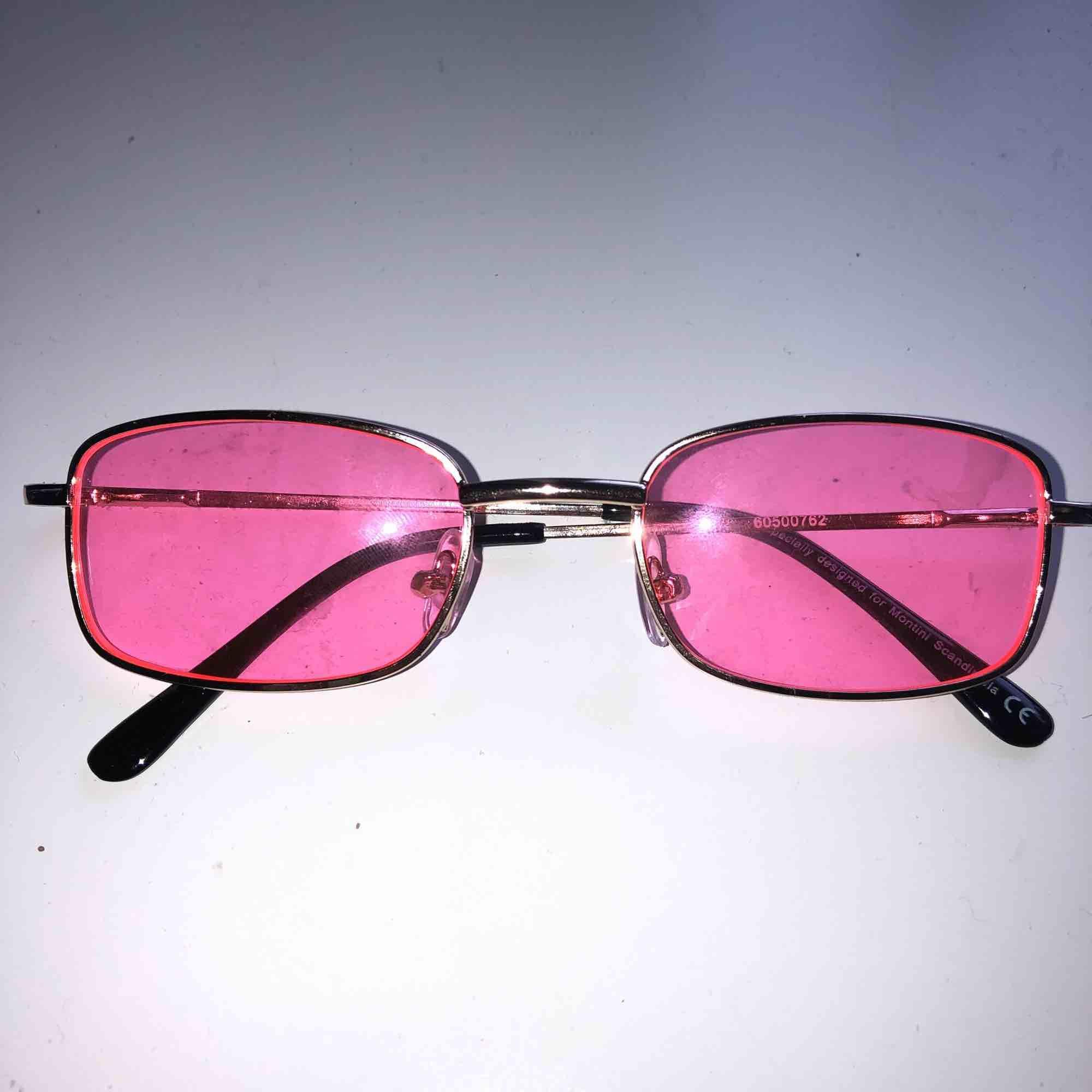 ett par neon-rosa solglasögon köpta på ur&penn denna sommar, är använda max en gång. frakt tillkommer på 9 kr!💞. Accessoarer.