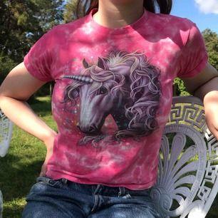 Superfin tie dye-topp med korta ärmar i rosa med unicorn-tryck i ljuslila • 100% bomull, tjockare tyg • i barnstorlek 130 men sitter som en XS • mkt bra skick, sömmen längst ned på sidan har gått upp en aning, se sista bilden