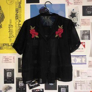 sjukt gullig svart blus med ros-detaljer som är lite genomskinlig. köpt på primark för ett tag sedan men är helt felfri! frakten tillkommer på 18 kr!