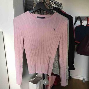 Säljer en superfin kabelstickad rosa tröja från Gant! Tröjan är i väldigt fint skick och sparsamt använd, inköpspris - 1000 kr