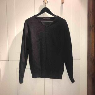 Mörkblå stickad tröja med bruna (fejk)läderlappar vid armbågarna, i stl. L. Köpte den på herravdelningen på Zara och använt den som en oversized tröja för mig själv, som normalt har stl. M i dam. Väldigt bra skick!