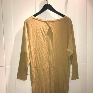 Grön oversized klänning med öppen rygg i stl. L från Weekday. Väldigt bra skick!