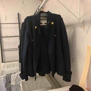 Marinblå finare jacka från Lindex. Sparsamt använd och inte i närheten av urtvättad! Kan passa fler storlekar än S.