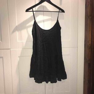 Mörkblå klänning med liten ryggdetalj från Bikbok i stl. M
