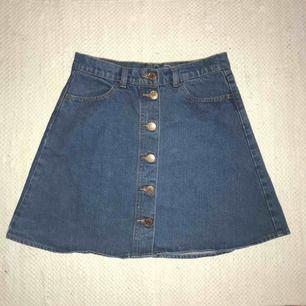 Mörkblå A-formad kjol från Monki i stl. 38