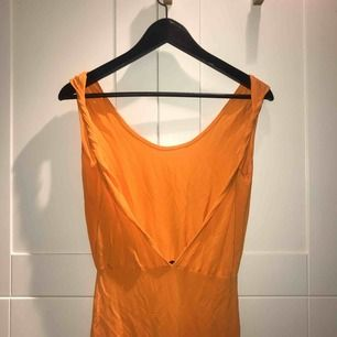 Orange klänning med ljus rygg från Estradeur i stl. XS, köpt från Nelly.com, använd 1ggr!