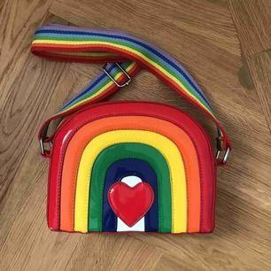 Säljer denna asballa väska från dollskill då den tyvärr används för sällan, endast använd en gång så i perfekt skick!