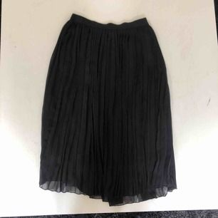 Svart plisserad kjol från Vero Moda, midjan är av stretch och passar därför både S och L. Använd få gånger men säljer för att jag inte använder plisserade kjolar längre. Jättefin både till sommaren och till hösten.