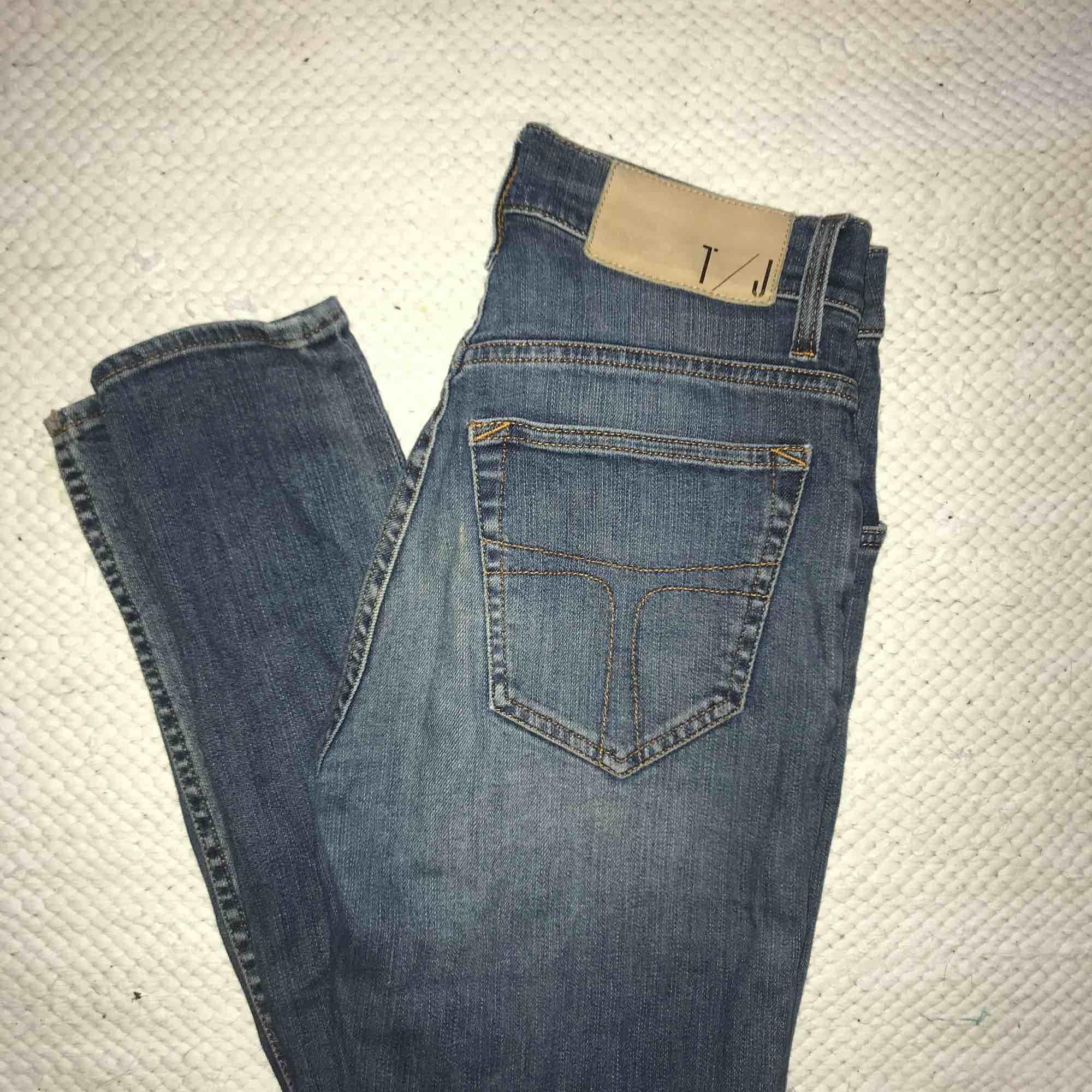 """Blåa jeans från Tiger of Sweden i modell """"KELLY"""", stl.  W27 L34, bra skick men liten slitning i fram vid en av hällorna (se bild). Jeans & Byxor."""
