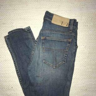 """Blåa jeans från Tiger of Sweden i modell """"KELLY"""", stl.  W27 L34, bra skick men liten slitning i fram vid en av hällorna (se bild)"""