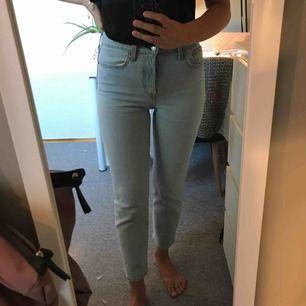 Ett par sååå snygga jeans från Levi's. Dom är i modellen Wedgie straight, och är som nya! Inköpta för 1100 kr på Carlings💕  priset är ink frakt