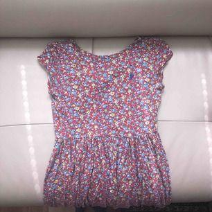 Blommig klänning från Ralph Lauren kids, passar en XS, öppen i ryggen,
