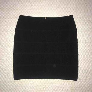 Svart ribbad kjol från Topshop i stl. 38