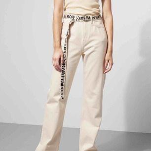 Säljer dessa skitsnygga jeans från weekday i Modellen Row!!🤩 säljer då de ej kommer till användning. 400 inkl frakt, Kan även mötas upp i Sthlm💛