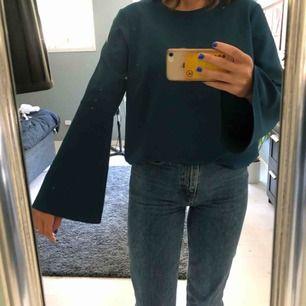 Jättefin rejäl blus från Lindex, skulle säga att den är mindre än en 42. Trumpetärmar o as fin färg verkligen