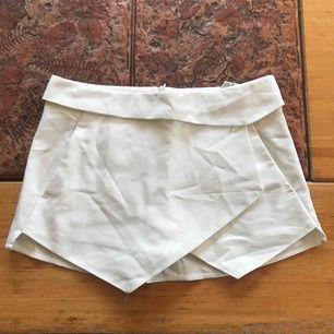 Vit kjol/shorts från Zara i stl. S