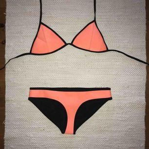 Bikini från TRIANGL, överdel i stl. L och underdel i stl. M. 200kr/del eller 300kr för hela setet!