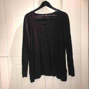 Svart stickad tröja i stl. M från H&M med (fejk)läderlappar på armbågarna