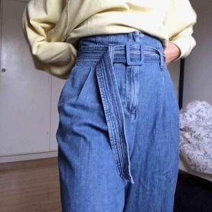 Såå fina, vida, byxor i jeansmaterial! Men tyvärr är de lite långa för mig som är 158 cm😢 De är använda ett fåtal gånger. Köptes för 500 kr i vintras.  Fraktkostnad tillkommer. Priset kan diskuteras.  Kolla gärna in mina andra annonser🥰🥰