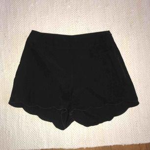 Svarta shorts i 100 % polyester i stl. S från Bik Bok med detalj längst ner (se bild)