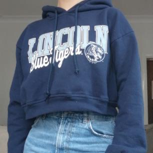 Omsydd collegehoodie från Beyond retro, använd ca tre gånger. Mörkblå och ganska kort (har högmidjade jeans på bilden). Köparen betalar frakt 😊