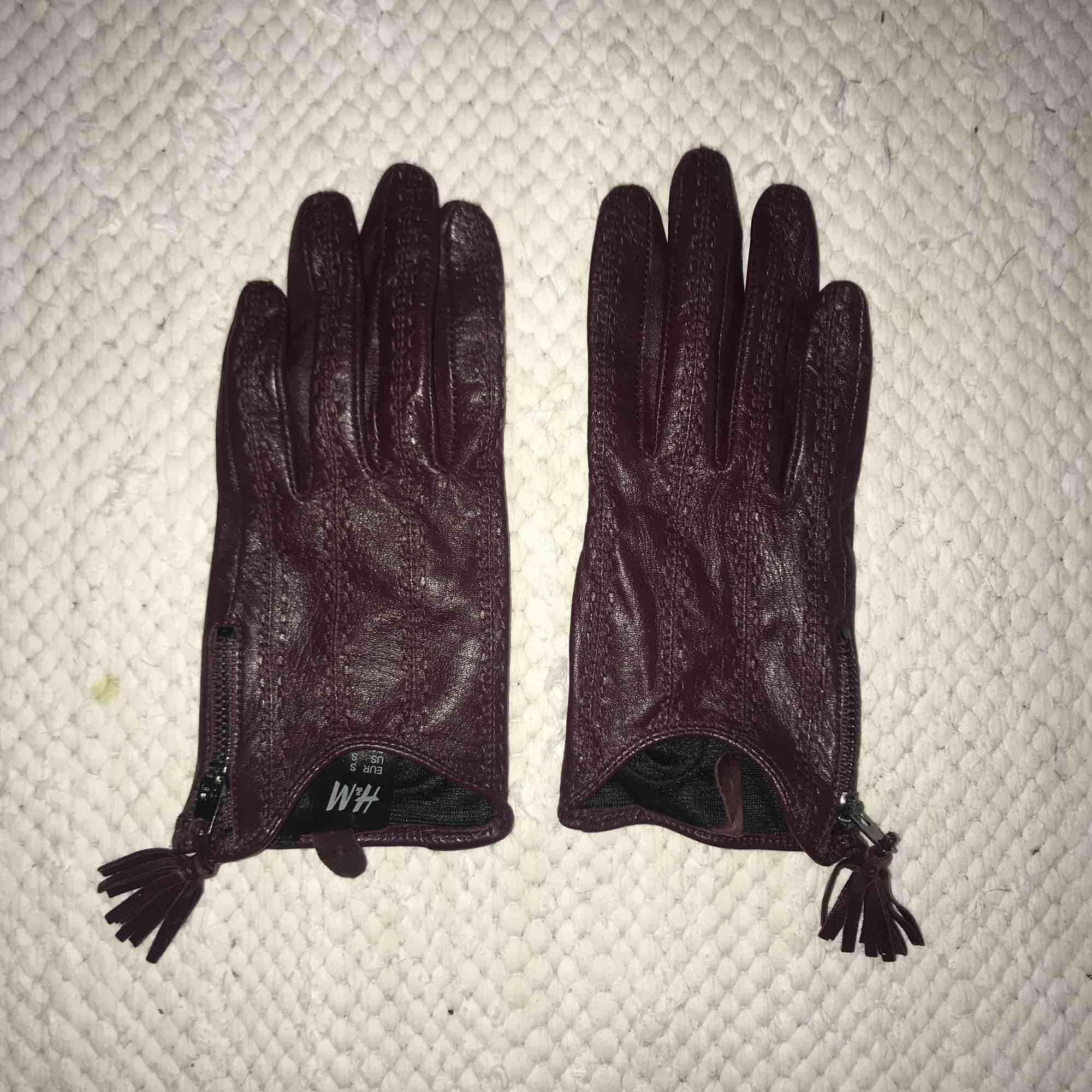 Läderhandskar i färgen burgundy i stl. S från H&M. Accessoarer.