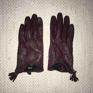 Läderhandskar i färgen burgundy i stl. S från H&M