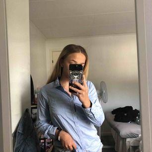 Jättefin skjorta ifrån Holly and white i storlek 152 men passar mig som har XS. Ganska skrynklig, kan stryka innan jag skickar den. Frakt tillkommer💗💞💓
