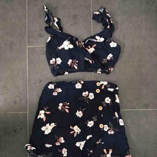 skönt och gulligt sett från pull&bear med kjol och topp. både kjol & topp är i strl S. kan mötas upp i Stockholm annars står köparen för frakt!🌺