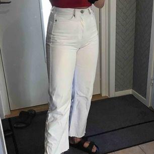 Vita jeans i modellen Row, köparen står för frakten