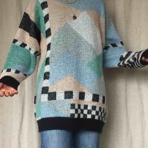Världens coolaste oversized tjocktröja som även fungerar att h som en klänning. Häftigt mönster och stickat material. Kan mötas på söder, annars står köparen för frakt❣️❣️❣️