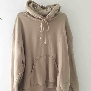 Beige hoodie. Köpt på Weekday för 300 kr
