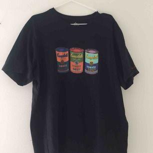 Svart T-shirt med tryck på framsidan. Köpt på Uniqlo för 149 kr