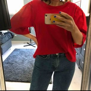 Röd t shirt med coola ärmar från mango som är i annat material än själva tröjan, knappt använd heller!!!