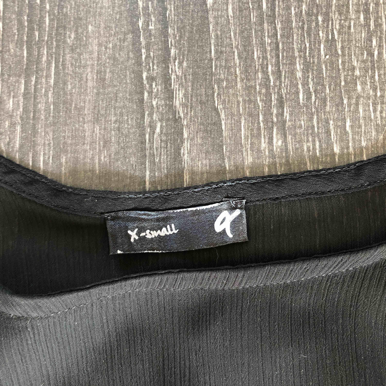Genomskinligt linne med fransar . Toppar.