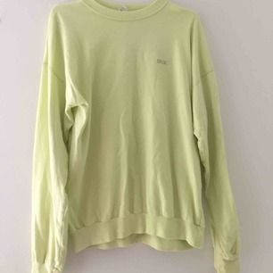 Ljusgul sweatshirt. Köpt på humana