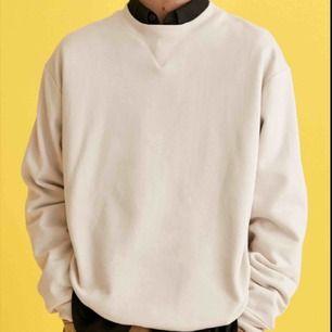 Ljusbeige sweatshirt. Köpt på Asos för 170 kr
