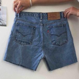 Blåa Levi's shorts som är avklippta från ett par jeans. Köpta på Plick
