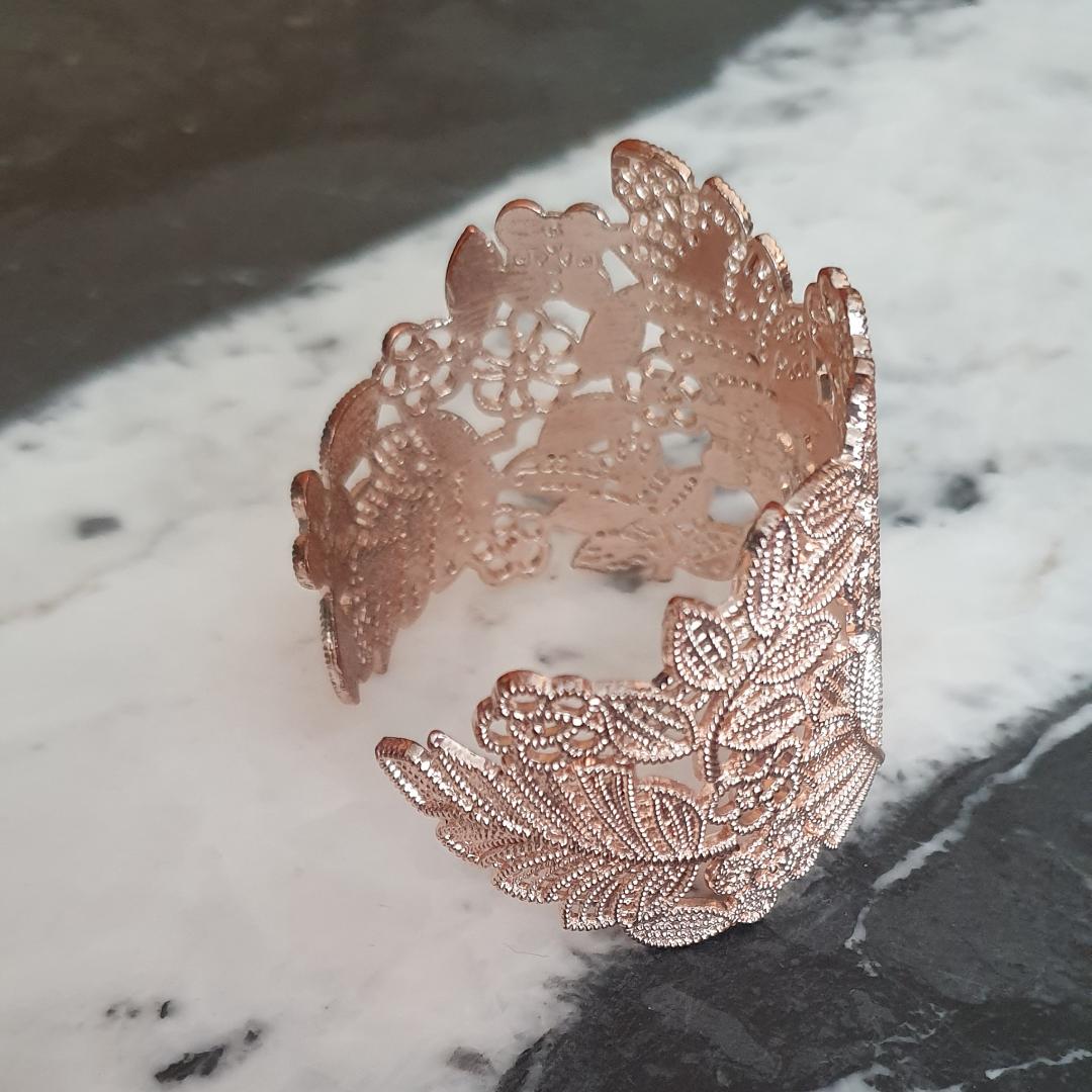 Hårt armband i guldaktig färg med små stenar. Accessoarer.