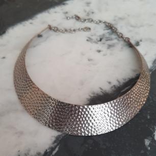 Hårt halsband i silverfärg
